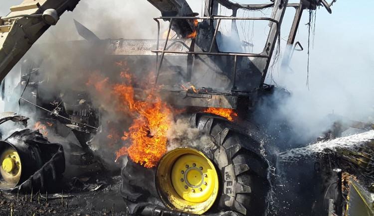 Hasiči na poli bojovali s požárem řezačky. Škoda se dostala na 3,5 milionu korun
