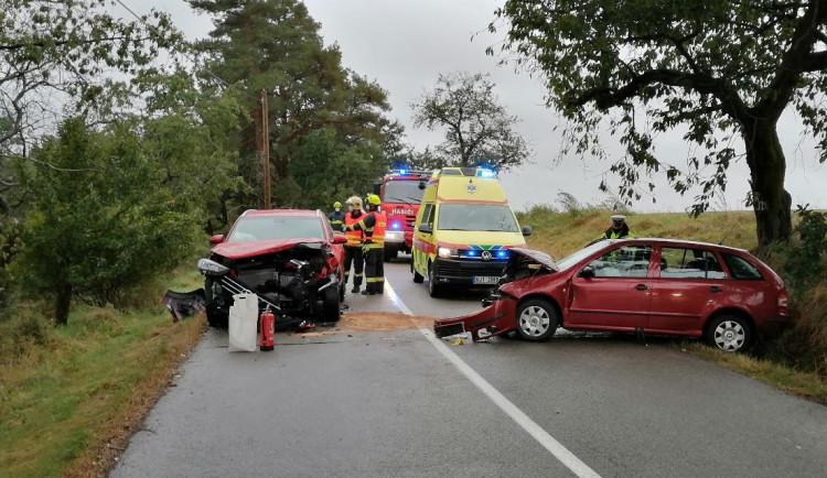 Žena na Jihlavsku dostala na mokré silnici smyk, srazila se s autem. Tři lidé se zranili
