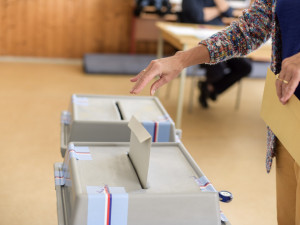 VOLBY 2020: Volební místnosti se otevřely. Lidé začali vybírat krajské zastupitele a senátory
