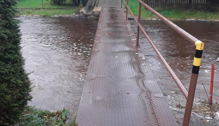 Na řece Svratce zbývá pár centimetrů k dosažení stavu ohrožení. Lidé počítají s případným opuštěním domovů