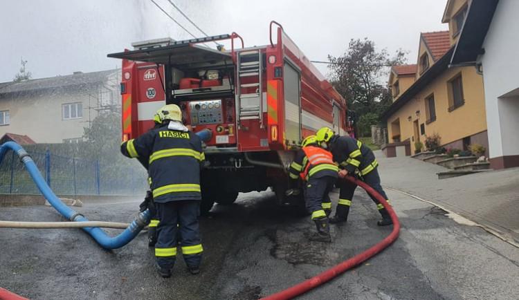Hasiči likvidovali požár v Popicích, škoda je 1,5 milionu. Hořelo asi kvůli závadě nabíječky
