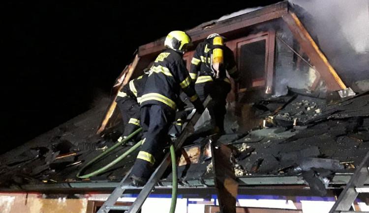 Hasiči v noci zasahovali u tragické události. Při požáru chalupy zemřela žena