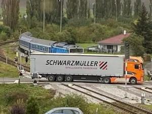 Řidič náklaďáku, co uvízl mezi závorami, byl díky veřejnosti nalezen. Pracuje pro firmu z Bosny a Hercegoviny