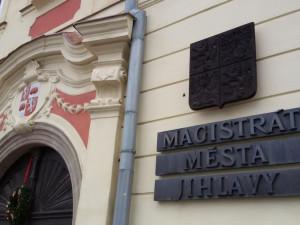 Pracovníci jihlavského magistrátu budou hygienikům od pondělí pomáhat s trasováním