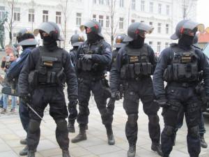 Policie kvůli protestu fanoušků svolala do Prahy stovky policistů