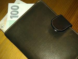 Muž nechal mezi regály obchodu peněženku, během chvilky přišel o 57 tisíc