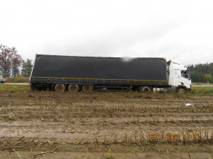 Řidič už v Polsku popíjel, na Žďársku se pak srazil s jiným kamionem. Pět let nesmí do ČR