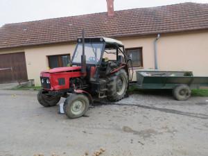 Kuriózní střet dvou traktorů. Jeden řidič nadýchal skoro tři promile, druhý neměl řidičák