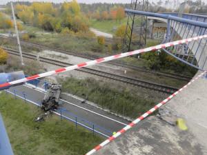 FOTO: Mladý řidič v Jihlavě nezvládl řízení a vyjel s autem z mostu. Spadl na cyklostezku