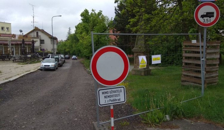 Dočká se konečně ulice Jiřího z Poděbrad? Během příštího roku se zvládne opravit i zprůjezdnit