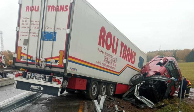 Na 97. kilometru D1 směrem na Brno havaroval kamion, místem mohou projet pouze osobní vozidla