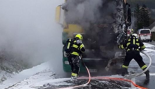 FOTO: Při požáru kamionu vznikla milionová škoda, zasahovaly 3 jednotky hasičů