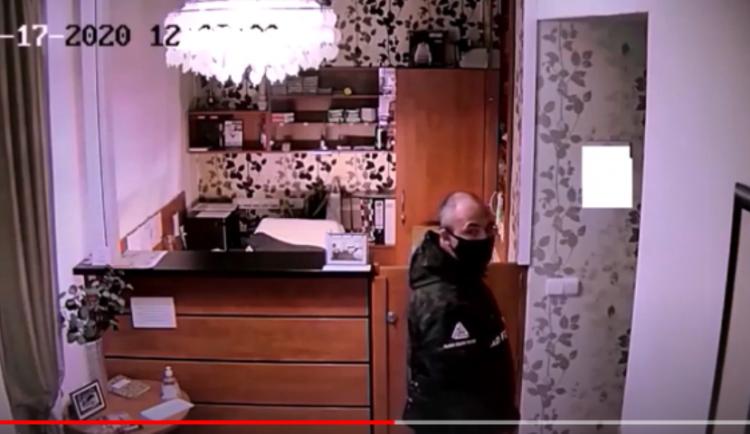 Žena přišla o svou peněženku s kartou a napsaným PIN. Policie hledá muže na videu