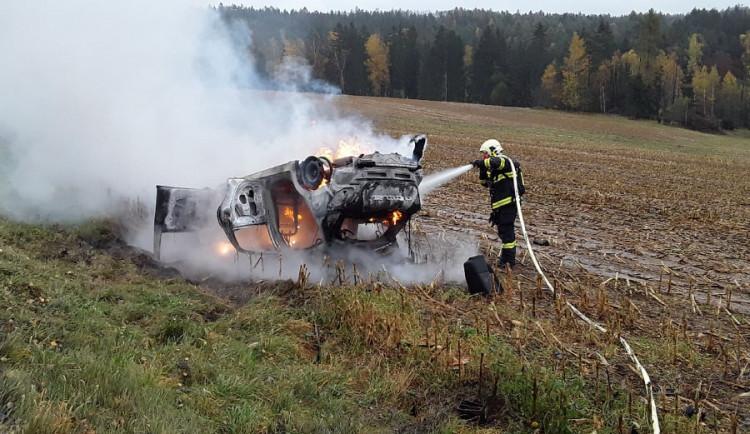 Požár osobního auta. Jeden z cestujících byl letecky převezený do nemocnice