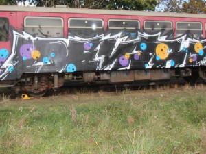 FOTO: Jemnické nádraží posprejoval neznámý vandal. Nepoznáte jeho rukopis?