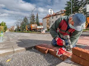 Jihlava testuje nový typ chodníku. Radnici zajímá názor nevidomých či slabozrakých lidí