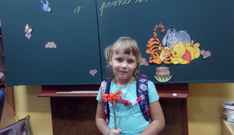 Domácí vyučování se mi líbí, ale ve škole je to lepší, říká prvňačka Bětka z Jihlavska