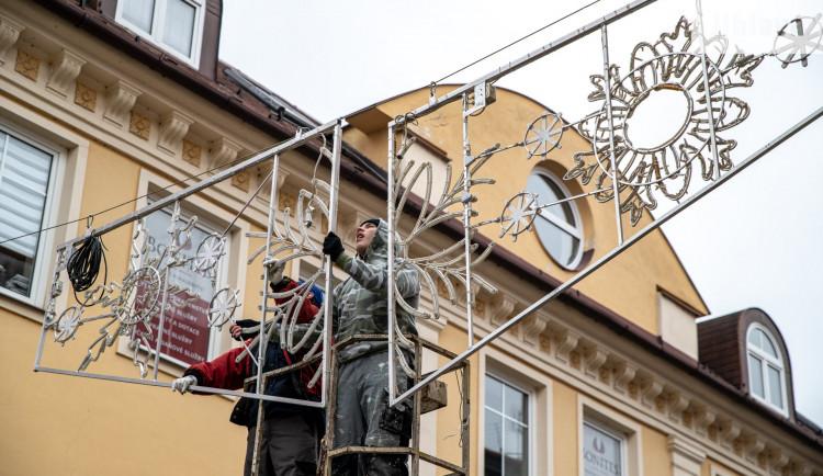 V Jihlavě se začala instalovat vánoční výzdoba. Strom bude ze Dvorců, rozsvítí se 29. listopadu