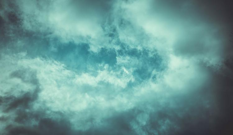 POČASÍ NA PONDĚLÍ: Zataženo s občasnými přeháňkami, teploty okolo desítky