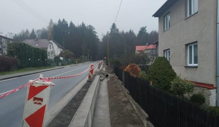 FOTO: Výstavba zdi na silnici I/19 už řidiče neomezuje. Již se zde jezdí dvěma pruhy