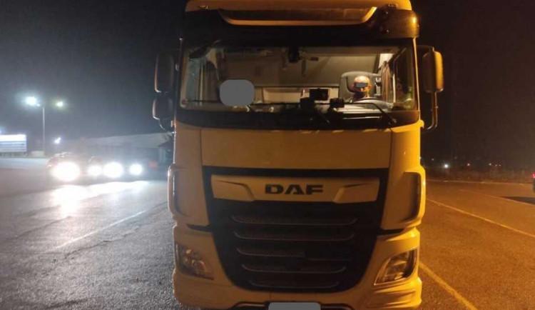 VIDEO: Hazard na D1. Tři Maročani doslova vypadli na vozovku, řidič o tom neměl tušení