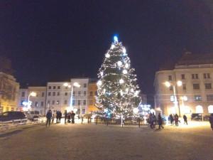 VIDEO: Jihlavský stromeček svítí. Náměstí nakonec oživí několik stánků i ledová socha