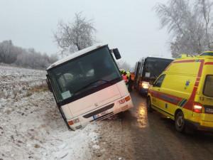 Nehoda autobusu převážejícího děti: Tři těžce zranění, policie hledá svědka v autě