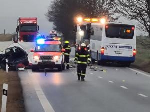 Tragédie na silnici II/602. Řidička osobního auta nepřežila čelní střet s autobusem