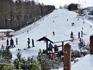 Čeřínek a Šacberk možná o víkendu přivítají první lyžaře. Jinde mají málo sněhu