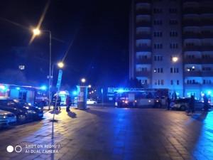"""Požár v paneláku na """"Kollárce"""". Hasiči museli na půlhodinu evakuovat 22 lidí"""
