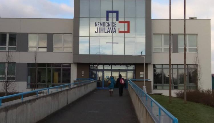Jihlavská nemocnice má sto nakažených pracovníků, na pomoc jí přijde armáda
