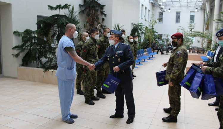 Tři nemocnice na Vysočině požádaly o pomoc armádu. Do Jihlavy a Brodu dorazí v pátek