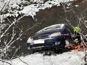 SJÍZDNOST: Jsou hlášeny desítky nehod, v Jihlavě při couvání spadlo auto do řeky