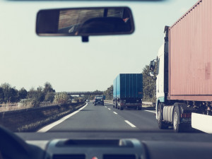 D1 u Větrného Jeníkova v noci zablokovala nehoda kamionu. Jeden řidič si poranil hlavu