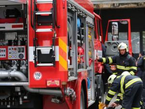 Hasiči vyjeli k požáru v panelovém domě. Evakuovaní lidé měli zázemí v autobuse