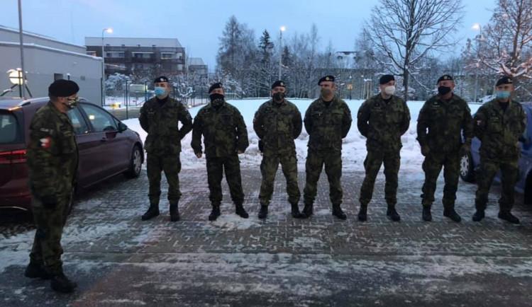 FOTO: Do jihlavské nemocnice ráno přijelo pomáhat 8 vojáků. Rozdělí je na více oddělení