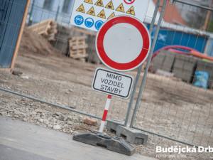 Kraj chystá stavbu okružní křižovatky v Novém Městě. V Jemnici dojde k rekonstrukci průtahu městem