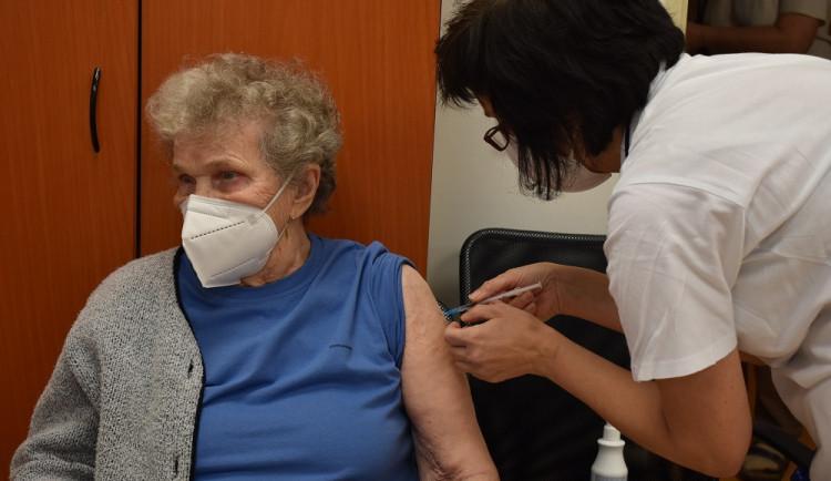 Lidé v Pelhřimově se budou chodit očkovat do kulturního domu Máj. V Jihlavě zřejmě do Teniscentra