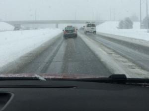 SJÍZDNOST: Problémy na D1. Silnice jsou namrzlé, hrozí nebezpečí smyku
