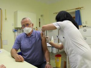 Kvůli velkému tlaku veřejnosti uvolnila Vysočina termíny očkování proti covidu. Platí pro registrované seniory