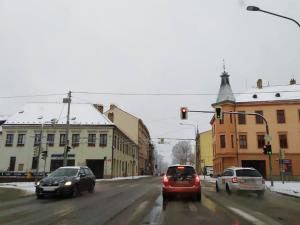 SJÍZDNOST: Cestování může komplikovat těžký sníh. Autobus skončil v příkopu