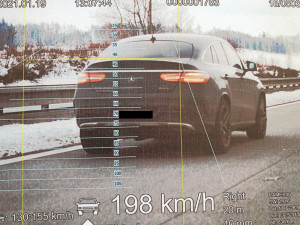 Muž se čtyřmi zákazy řízení si D1 spletl se závodní dráhou. Na tachometru měl 198 km/h