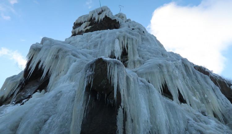 FOTO: Ve Víru vznikl umělý ledopád, ode dneška je přístupný. Kvůli covidu omezeně