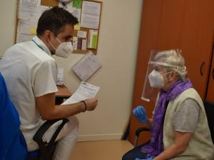 Na volné termíny k očkování v nemocnicích upozorní registrované seniory zvací SMS