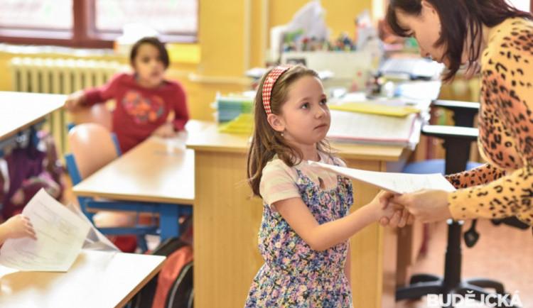 Některé školy v kraji předají vysvědčení i starším dětem. Třeba deváťákům s přihláškami