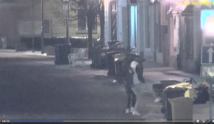 VIDEO: Dva mladíci v centru Jihlavy rozkopali popelnice. Městská policie je vytáhla z taxíku, aby si to šli uklidit