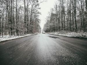 Do rána může napadnout až 20 centimetrů sněhu. Kvůli ledovce by lidé někde neměli ani vycházet