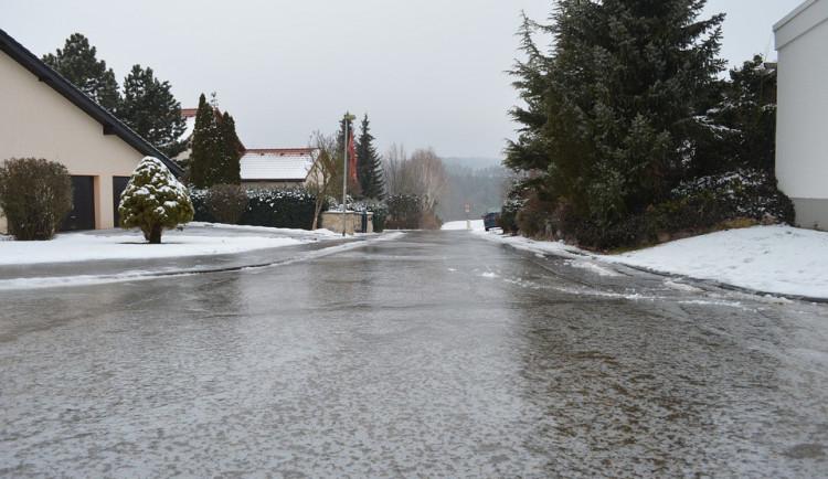 SJÍZDNOST: Nový sníh komplikuje cestování v kraji. Policisté chodili pěšky po D1 a budili řidiče kamionů