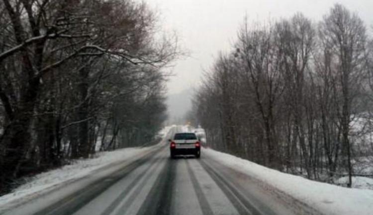 SJÍZDNOST: Na silnicích kraje se kvůli větru lokálně tvoří sněhové jazyky. Sůl moc nezabírá