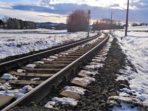 Ranní nehoda na Pelhřimovsku: Auto se střetlo s vlakem, u vozidla se při příjezdů hasičů nikdo nenacházel